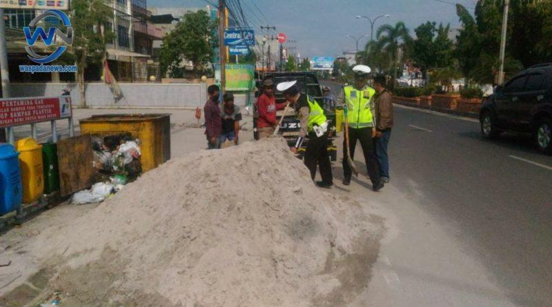 Kontraktor Bandel, Satlantas Polres Prabumulih Turun Tangan Bersihkan Tumpukan Pasir