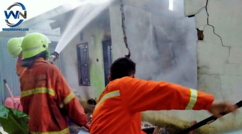 Sebuah Rumah Kosong di Kota Prabumulih Terbakar