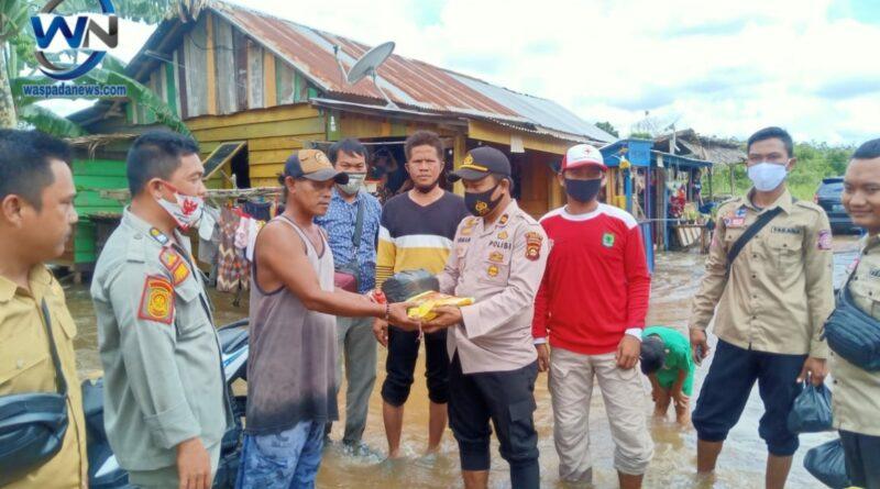 Kapolsek Bayung Lincir dan Forkompimcam Bantu Korban Banjir