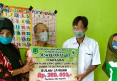 Warga Desa Keramat Jaya Terima BLT Tahap Pertama